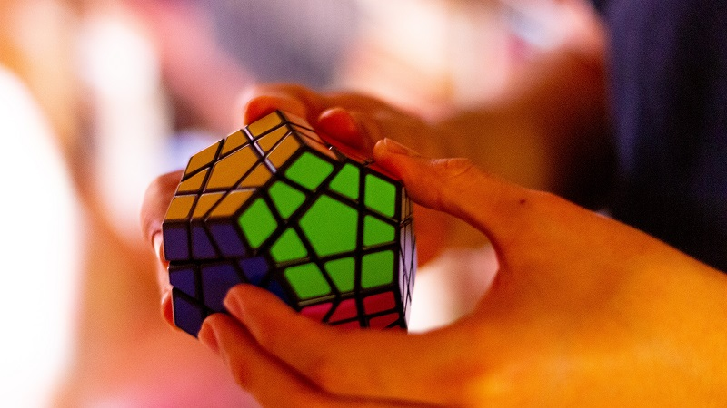 Herbalife Brain Health Products Person Solving a Rubik's Cube